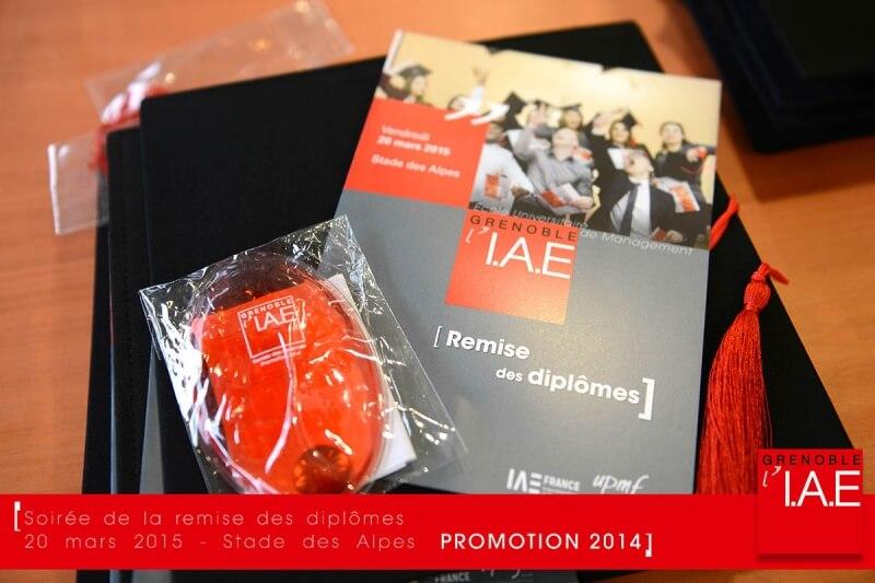 Accueil des diplômés avec la remise du programme, d'une toque et d'une chaufferette