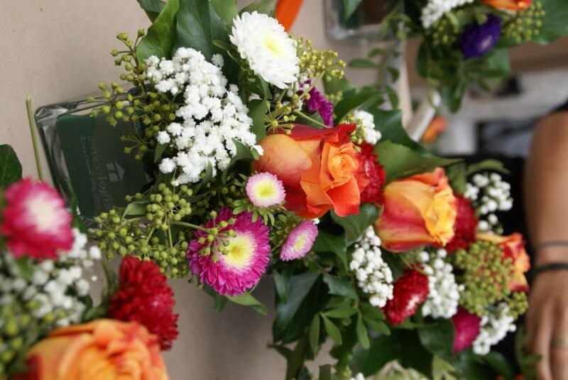 Composition dans vase personnalisé offerte aux convives